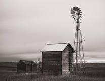 Azienda agricola abbandonata con il mulino a vento fotografia stock libera da diritti