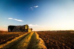 Azienda agricola abbandonata nella campagna Immagini Stock Libere da Diritti