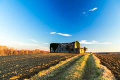 Azienda agricola abbandonata nella campagna Fotografia Stock Libera da Diritti