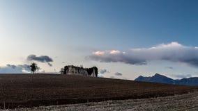 Azienda agricola abbandonata nella campagna Immagini Stock