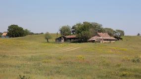 Azienda agricola abbandonata sul prato Fotografie Stock