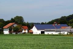 Azienda agricola con l'impianto di ad energia solare Fotografie Stock Libere da Diritti