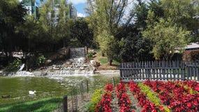 Azienda agricola con la laguna ed i giardini variopinti Fotografie Stock