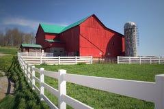 Azienda agricola dei Amish con il granaio rosso Immagine Stock Libera da Diritti
