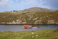Azienda agricola dei crostacei sulla zattera in lago scozzese Immagine Stock Libera da Diritti