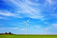 Azienda agricola dei generatori eolici fotografia stock libera da diritti