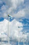 Azienda agricola del mulino a vento per energia pulita alternativa con le nuvole ed il blu Immagini Stock Libere da Diritti