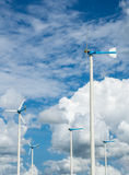 Azienda agricola del mulino a vento per energia pulita alternativa con le nuvole ed il blu Fotografia Stock