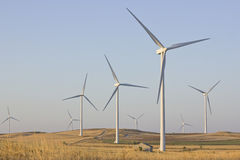 Azienda agricola del mulino a vento in un campo asciutto dell'avena Fotografia Stock Libera da Diritti