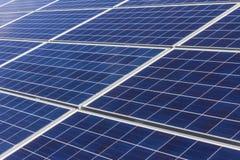 Azienda agricola del pannello solare I campi di grano stanno convertendi in aree verdi di energia facendo uso delle celle fotovol Fotografie Stock Libere da Diritti