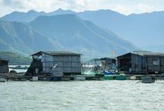 Azienda agricola del pesce di mare nel Vietnam Case di galleggiamento Immagini Stock Libere da Diritti