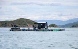 Azienda agricola del pesce di mare nel Vietnam Case di galleggiamento Fotografia Stock Libera da Diritti