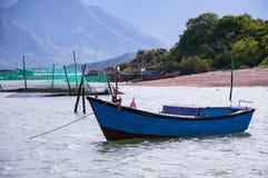 Azienda agricola del pesce di mare nel Vietnam Case di galleggiamento Fotografie Stock Libere da Diritti