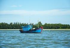 Azienda agricola del pesce di mare nel Vietnam Case di galleggiamento barca Immagini Stock