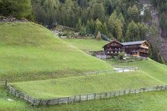 Azienda agricola dell'alpe su un pendio Fotografia Stock Libera da Diritti