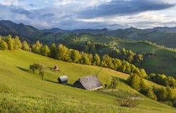 Azienda agricola della montagna con la vecchia casa di legno vicino a crusca, la Transilvania, Immagine Stock Libera da Diritti