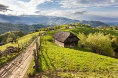 Azienda agricola della montagna con la vecchia casa di legno vicino a crusca, la Transilvania, Fotografie Stock