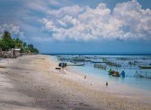 Azienda agricola della piantagione dell'alga da bassa marea a Nusa Penida, Bali in nuvole su fondo, Indonesia Fotografia Stock