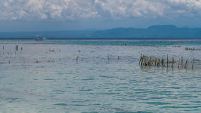 Azienda agricola della piantagione dell'alga dalla marea di altezza a Nusa Penida, Bali in nuvole su fondo, Indonesia Fotografia Stock Libera da Diritti