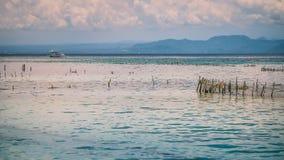 Azienda agricola della piantagione dell'alga dalla marea di altezza a Nusa Penida, Bali in nuvole su fondo, Indonesia Fotografia Stock