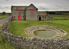 Azienda agricola della regione montagnosa con lo Rugiada-stagno fotografia stock libera da diritti