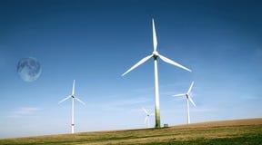 Azienda agricola delle turbine di vento con l'alta luna Immagine Stock Libera da Diritti