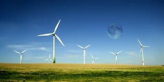 Azienda agricola delle turbine di vento con l'alta luna Fotografia Stock