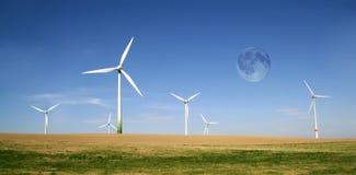 Azienda agricola delle turbine di vento con la luna piena Fotografia Stock
