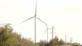 Azienda agricola delle turbine di vento stock footage