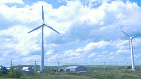 Azienda agricola delle turbine di vento mulino a vento del aerogenerator nel giorno soleggiato del cielo blu Turbine di vento nel Fotografie Stock Libere da Diritti
