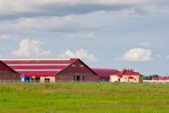 Azienda agricola di bestiame moderna delle costruzioni Immagini Stock Libere da Diritti