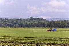 Azienda agricola di estate del trattore Fotografie Stock Libere da Diritti