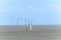 Azienda agricola di vento in mare aperto al primo mattino Immagini Stock Libere da Diritti