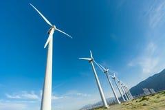 Azienda agricola drammatica del generatore eolico nel deserto di California Immagini Stock Libere da Diritti