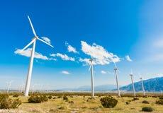 Azienda agricola drammatica del generatore eolico nel deserto di California Fotografie Stock