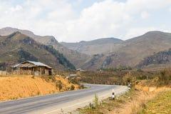 Azienda agricola e alta montagna della strada Fotografie Stock