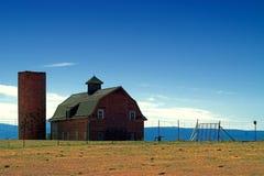 Azienda agricola e granaio americani del paese Immagine Stock