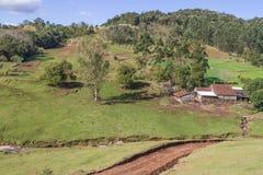 Azienda agricola e montagna Fotografie Stock Libere da Diritti