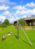 Azienda agricola finlandese con il pozzo di spazzata (pozzo di illustrazione) Fotografia Stock Libera da Diritti