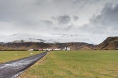 Azienda agricola islandese con le montagne fotografia stock libera da diritti
