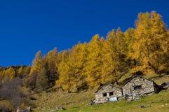 Azienda agricola in montagna d'autunno Fotografie Stock Libere da Diritti
