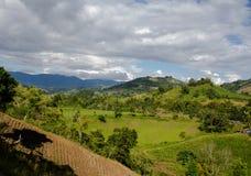 Azienda agricola, montagna e nubi Immagini Stock Libere da Diritti