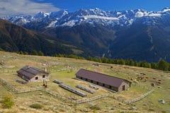 Azienda agricola nelle alpi Fotografie Stock