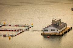 Azienda agricola norvegese di allevamento del pesce su acqua Fotografia Stock Libera da Diritti