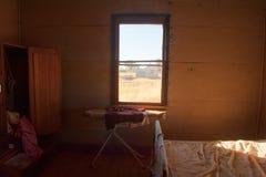 Azienda agricola pionieristica d'annata interna abbandonata della camera da letto fotografia stock libera da diritti