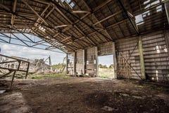 Azienda agricola rovinata del latte, tetto tagliato Fotografia Stock