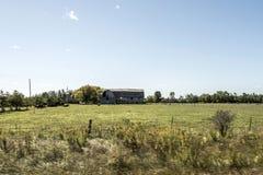 Azienda agricola rurale di Ontario con l'agricoltura del Canada degli animali di agricoltura di stoccaggio del silo del granaio Fotografia Stock Libera da Diritti