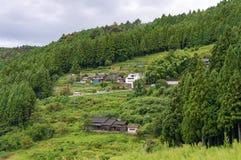 Azienda agricola rurale giapponese sui pendii di montagna Immagine Stock