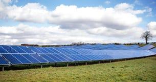 Azienda agricola solare Pannelli solari, cielo blu verde del campo Fotografia Stock Libera da Diritti