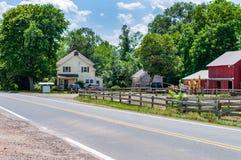 Azienda agricola Strada rurale ad un'azienda agricola in U.S.A. fotografie stock